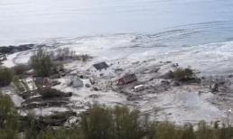 Cảnh tượng sạt lở đất cuốn trôi 8 ngôi nhà xuống biển khiến ai cũng phải rùng mình