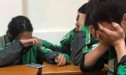 Câu chuyện phía sau bức ảnh 3 sinh viên mặc áo xe ôm công nghệ ôm mặt khóc cuối lớp khiến tất cả lặng người xót xa