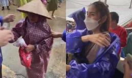 Thuỷ Tiên nắm chặt tay Công Vinh đi cứu trợ, ghi điểm vì hành động đẹp với bà cụ bị xô đẩy