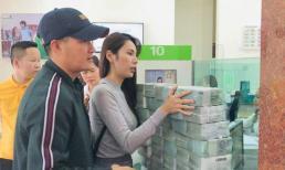 Thuỷ Tiên - Công Vinh gây choáng với hình ảnh tiền chất đống chuẩn bị cứu trợ ngày thứ ba