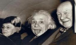 Tại sao hầu hết các bức ảnh của nhà bác học thiên tài Einstein đều chụp phần trên của cơ thể? Khi bạn xem bức ảnh toàn thân của ông, bạn sẽ hiểu
