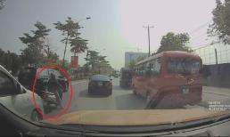 Nữ 'ninja' có pha xử lý cồng kềnh giữa đường khiến các tài xế chỉ biết ôm đầu bất lực