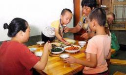 """""""Nuôi dạy con trên bàn ăn"""" quyết định tương lai của trẻ, khi trẻ có ba hành vi này, cha mẹ cần lưu ý"""