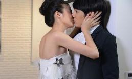 Bạn gái cũ đến tặng quà cưới sau đó ôm hôn chú rể, phản ứng bất ngờ của cô dâu khiến cả hôn trường náo loạn