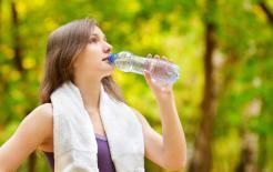 """Những cách uống nước hàng ngày dễ """"hại"""" thận? Biết sớm để sửa sớm"""