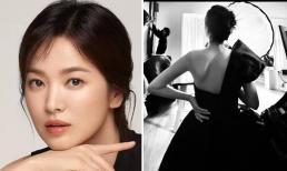 Song Hye Kyo chơi lớn khi khoe tấm lưng trần gợi cảm, chỉ một bức ảnh cũng đủ lấn át Song Joong Ki