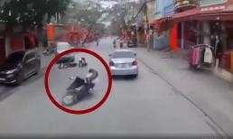 Va chạm với xe máy cùng chiều, nữ sinh suýt mất Tết khi bị văng vào sát đầu ô tô