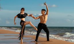 Vợ chồng Khánh Thi - Phan Hiển cùng nhau khiêu vũ trên bờ biển
