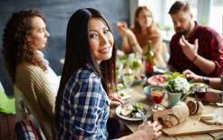 Điểm danh 6 nghi thức ăn uống kỳ lạ trên thế giới: một số ăn tối muộn, một số đánh rắm sau bữa ăn để bày tỏ sự hài lòng