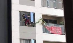 Thót tim cảnh nữ giúp việc trèo hẳn ra ngoài cửa sổ chung cư để lau kính