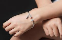 Điều gì xảy ra với những người phụ nữ đeo 'vòng tay bạc' lâu dài? Nhiều người vẫn chưa biết