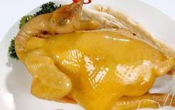 Cách luộc gà vàng vươm chỉ đơn giản thêm thứ này, gà luộc xong nhìn sẽ rất đẹp để cúng ngày mùng 1