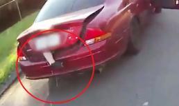 Chiếc xe bị cảnh sát bắt dừng lại khi thấy chân người lủng lẳng thò ra từ sau cốp xe