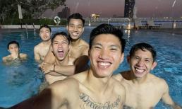 Bức ảnh dàn tuyển thủ quốc gia xả stress tại hồ bơi sau 2 chiến thắng liên tiếp ở vòng loại World Cup gây sốt