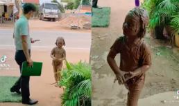 Nghịch ngợm khiến người dính đầy bùn đất, biểu cảm của bé gái khiến cả nhà ai cũng bật cười