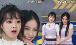 Sau xích mích vì bị hậu bối nhổ bùn vào mặt, Angelababy lại 'đụng hàng' với Tống Vũ Kỳ trong show, 'chặt đẹp' đàn em kém 11 tuổi
