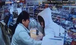 Tên cướp có súng bị cô gái đánh tới tấp, dùng khay đựng tiền đập vào đầu