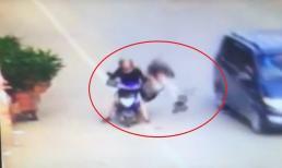 Tên cướp nhoài người ra khỏi ô tô giật túi xách khiến cô gái ngã sấp mặt xuống đường