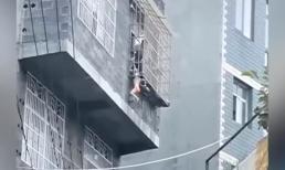 Bé gái kẹt cổ vào giữa 2 thanh chắn 'chuồng cọp' chung cư, treo lơ lửng bên ngoài cửa sổ tầng 3