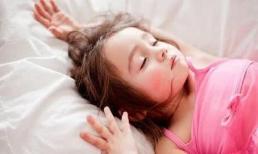 Dù đêm mùa thu có lạnh đến mấy cũng đừng để bé ngủ như vậy, sẽ khó chịu và dễ ốm