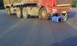Va chạm với ô tô tải, người phụ nữ đi xe đạp điện thoát chết trong gang tấc