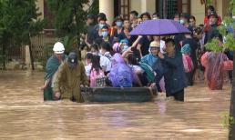 Mưa lớn biến trường tiểu học ở Quảng Ninh thành biển nước