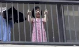 Bé gái đứng trước lan can hát vang cả bệnh viện dã chiến mỗi ngày, lời nhắn sau đó khiến ai nấy đều xúc động