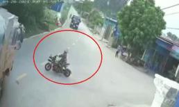 Tài xế xe tải bẻ cua xuất thần cứu mạng người phụ nữ đi xe máy điện cắt ngang đường
