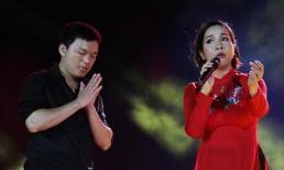Mỹ Linh hát cảm xúc đến mức fan nam lao lên sân khấu chắp tay 'sùng kính'