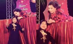 Xót xa khi nhìn lại khoảnh khắc Phi Nhung lăn xả, nằm sấp trên sân khấu vừa hát vừa chụp hình với fan
