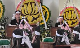 NS Việt Hương khóc đến sưng mắt, lộ rõ thần sắc mệt mỏi khi tiễn đưa mẹ nuôi về nơi an nghỉ cuối cùng ở Mỹ