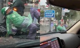 Khoảnh khắc bác xe ôm ngủ say giữa trời mưa gió khiến nhiều người xót xa