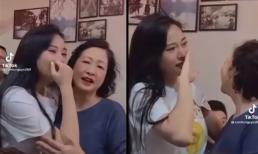 Phương Oanh khóc nức nở ôm chặt NSND Như Quỳnh khi xem tập cuối 'Hương vị tình thân'