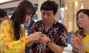 Trấn Thành đọ hàng hiệu đắt đỏ cùng dàn sao việt tại sân bay Thái Lan