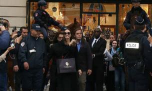 Angelina Jolie được đội vệ sĩ, cảnh sát bảo vệ khi bị bao vây bởi lượng fan khủng ở Paris