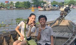 Bạn gái cũ G-Dragon bất ngờ xuất hiện ở chợ nổi Cái Răng, Việt Nam