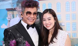 Hậu scandal bị vợ cũ tố, MC Thanh Bạch đổi kiểu tóc cực thời thượng, vui vẻ bên đồng nghiệp tại sự kiện