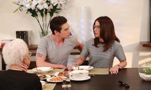 Mẹ chồng bày cách cho con dâu trị chồng nghiện bài bạc một phát ăn ngay, khiến anh sợ mất mật