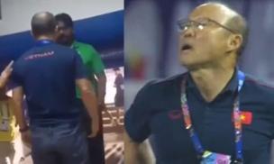 Thầy Park nổi cáu, gào thét với nhân viên an ninh trong đường hầm sau khi nhận thẻ đỏ