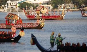 Vua Thái và Hoàng hậu tham gia nghi lễ cưỡi thuyền rồng trên sông