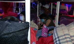 'Chuyên cơ mặt đất giường nằm' 46 chỗ nhồi nhét cả trăm hành khách về quê ăn Tết