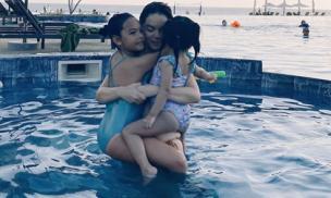Phạm Quỳnh Anh cùng 2 con gái đi du lịch trong ngày đầu năm mới