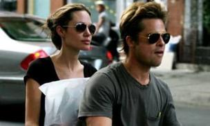 Mạng xã hội bất ngờ xôn xao ảnh Angelina Jolie - Brad Pitt ở TP.HCM 14 năm trước, nhan sắc cặp đôi ngoài đời gây choáng