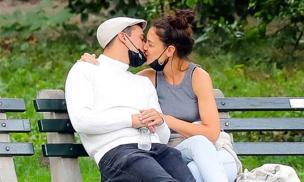 Katie Holmes thoải mái 'khóa môi' tình trẻ kém 8 tuổi, lâu lắm mới thấy người đẹp yêu đương 'bùng nổ'