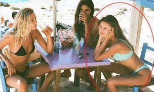 Bạn gái trẻ hơn Brad Pitt 29 tuổi khoe body gợi cảm bên hội bạn chân dài