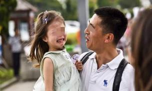 Trẻ hay khóc có phải do nhân cách quá yếu ớt? Không hẳn vậy, có thể được gây ra bởi ba lý do này
