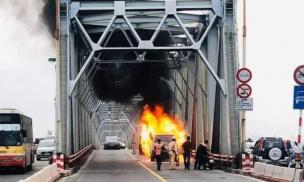 Xế sang Range Rover bốc cháy ngùn ngụt, trơ khung trên cầu Chương Dương