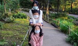 'Nàng Dae Jang Geum' đăng ảnh bên cặp sinh đôi nhưng có điều gì đó không ổn ở đây