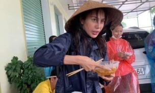 Thủy Tiên khiến fan xót xa với hình ảnh xanh xao thấy rõ, ăn vội bát mì lấy sức đi cứu trợ tại Quảng Bình