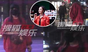 Mặc kệ tin đồn ngoại tình, Triệu Vy bận rộn trên phim trường phim mới, hành động liên tục lấy tay che bụng mới đáng chú ý